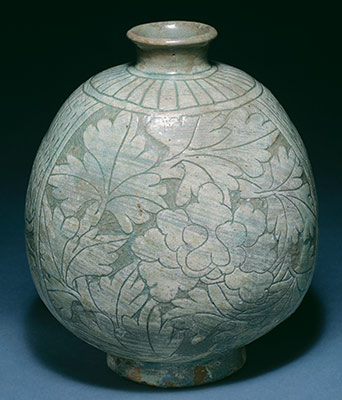 Flask-shaped bottle with decoration of peonies