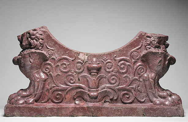 Porphyry support for a water basin