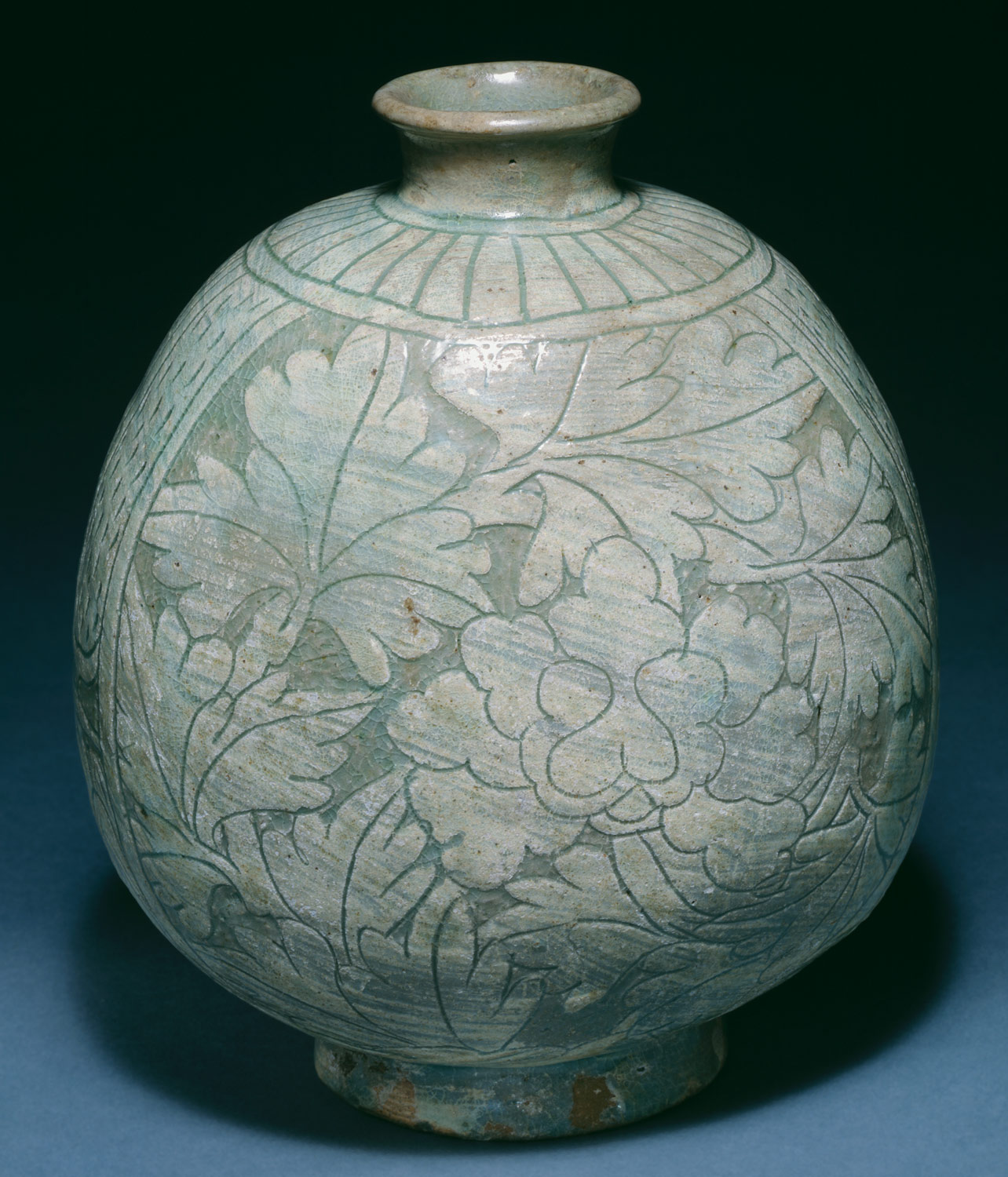 Flask-shaped bottle with peony decoration