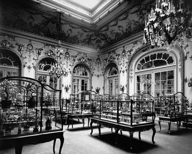 The Metropolitan Museum of Art, the Jade Room (Wing D, Room 4); View of the Bishop jade collection, as installed in the gallery; View looking northwest. Photographed March 1909. © The Metropolitan Museum of Art