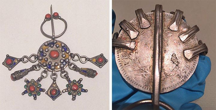 Izquierda: peroné plateado con esmalte y coral. Derecha: el reverso es una moneda francesa