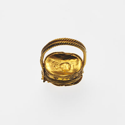Gold box ring surmounted by a scarab