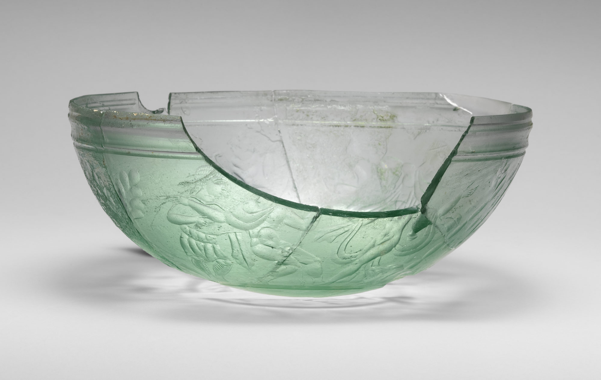 Glass bowl decorated with hunting scenes