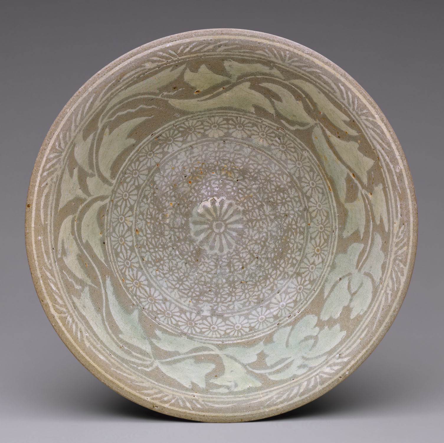 Bowl decorated with peony leaves and chrysanthemum